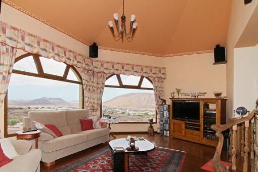 Geräumiges Wohnzimmer mit Kamin