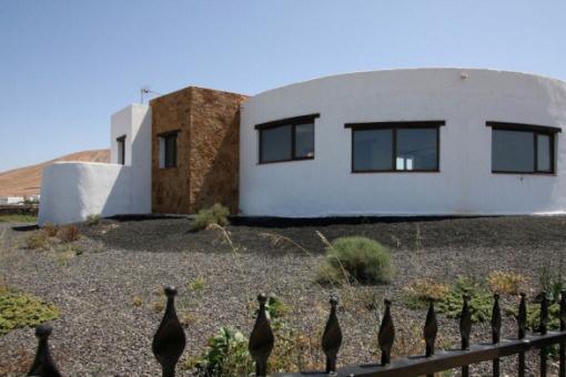 Villa in einzigartigem Design auf großem Grundstück