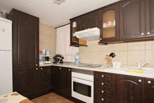 Moderne, voll ausgestattete Einbauküche
