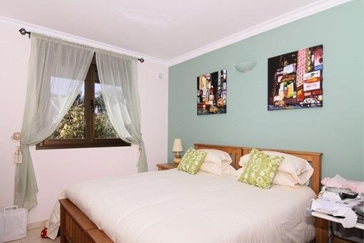 Eines der modernen Schlafzimmer