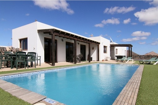 Freistehende und möblierte Villa mit Panorama-Blick auf die Berge und das Meer