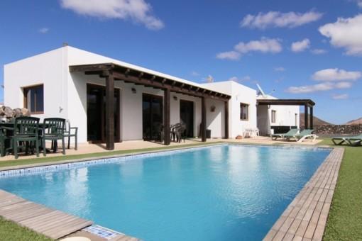 Freistehende Villa mit traumhaftem Meer- und Bergblick in ruhiger Lage in Villaverde