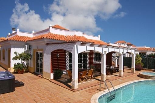 Stylische Villa in einwandfreiem Zustand mit großer Dachterrasse in Caleta de Fuste