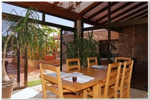 Genießen Sie ein entspanntes Frühstück mit Blick auf den reich gefüllten Garten