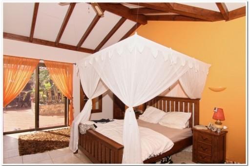 Großzügiges Schlafzimmer mit direktem Zugang zur Terrasse