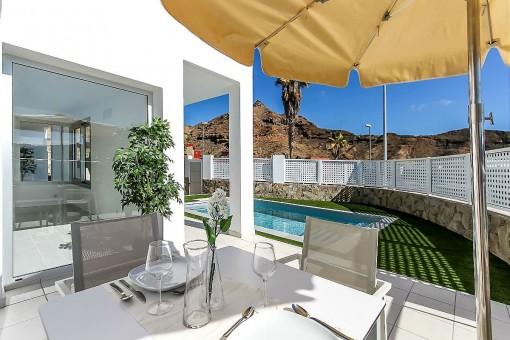 Terrasse neben dem Pool
