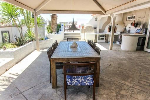 Überdachte Terrasse mit Außenküche und Barbecue Ecke