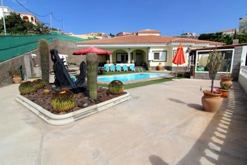 Außenbereich mit Poolbar